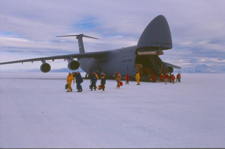 아이스 활주로에 착륙한 C5