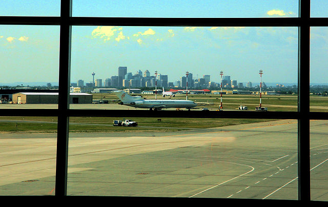 Calgary from the Airport By User:Qyd:Qyd (Own work (Own photo)) [GFDL (http://www.gnu.org/copyleft/fdl.html), CC-BY-SA-3.0 (https://creativecommons.org/licenses/by-sa/3.0/) or CC BY 2.5 (https://creativecommons.org/licenses/by/2.5)], via Wikimedia Commons