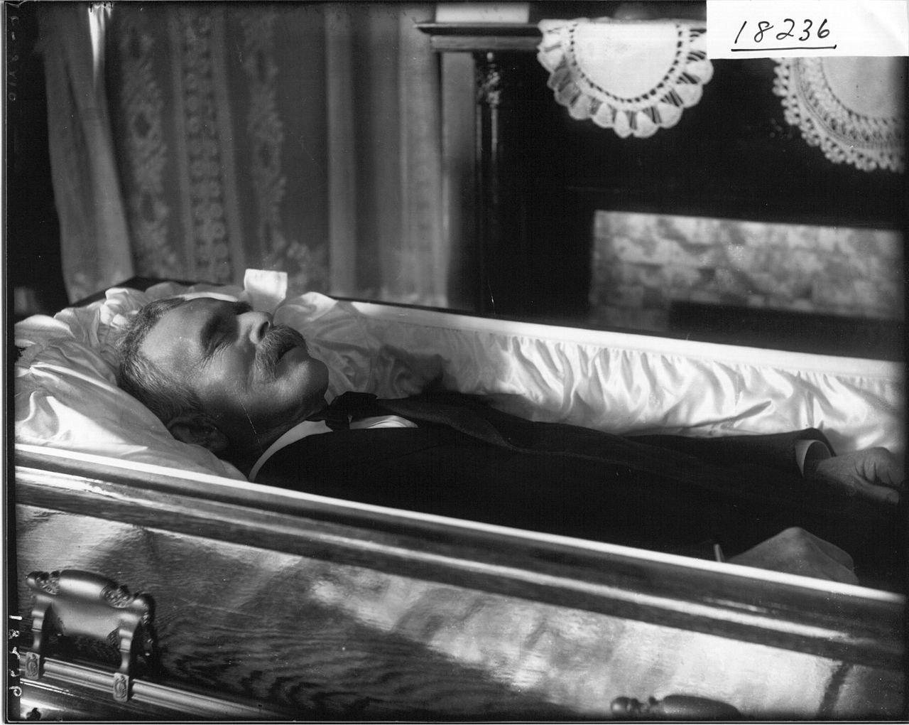 file close up of unidentified man in casket n d 3191562348 jpg wikimedia commons. Black Bedroom Furniture Sets. Home Design Ideas