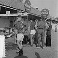 Coca Cola drinkende deelnemers Olympische Spelen, Bestanddeelnr 905-2180.jpg