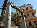Columnes jòniques al barri de Plaka, Atenes.JPG
