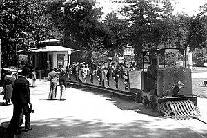 Portuguese colonial exhibition - Image: Comboinho nos jardins do antigo palácio de Cristal, em 1934 (APR) (9292392180)