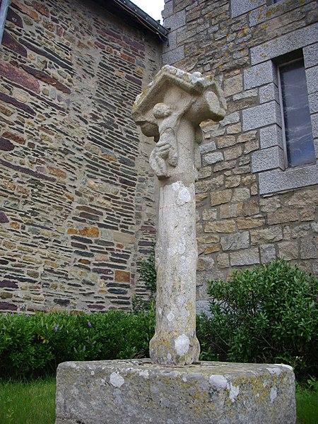 Cross on the church square in Néant-sur-Yvel (Morbihan, France)