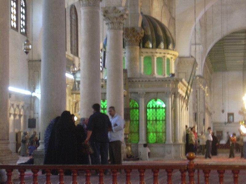 File:Damaskus, Omayadenmoschee, Innenraum mit grün beleuchtetem Schrein Johannes d. Täufers (24834247948).jpg