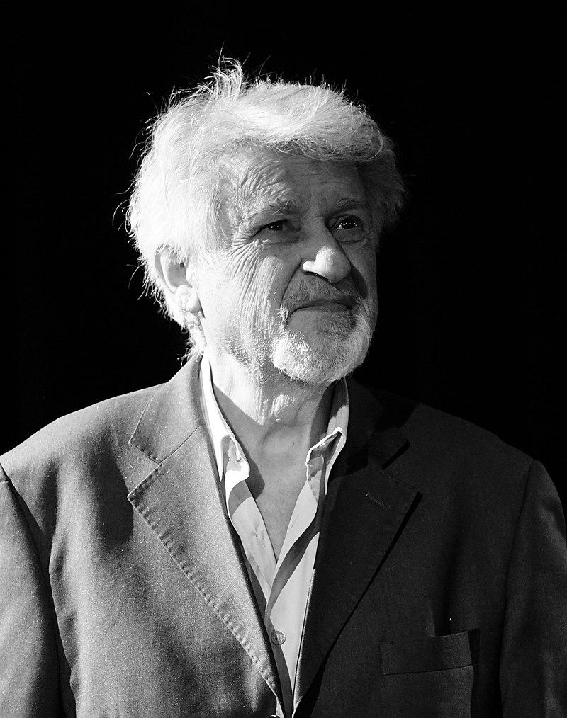 https://upload.wikimedia.org/wikipedia/commons/thumb/a/a0/Didier_Bezace_nuit_de_la_lecture_1001108.jpg/800px-Didier_Bezace_nuit_de_la_lecture_1001108