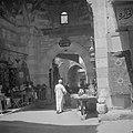 Doorkijk in de suq van Cairo. Ingang van de koperbazar, met links de koperslager, Bestanddeelnr 255-6615.jpg