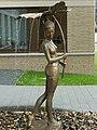 Dresden Brunnenfigur Mädchen mit Blatt 07.jpg