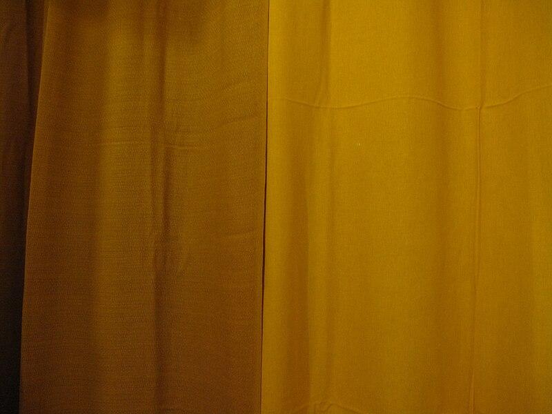 File:Dva žluté závěsy.JPG