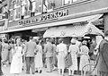 Een straatverkoop van de Zelfbedieningszaak Van Woerkom, tijdens de vierdaagse. GN42656.jpeg