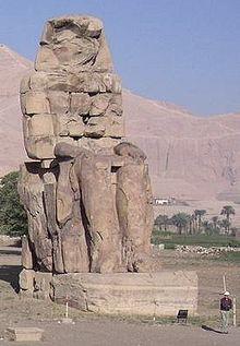 قائمة ملوك مصر (عصر الدولة الحديثة) الاسرة 18 220px-Egypt.ColossiMemnon.01