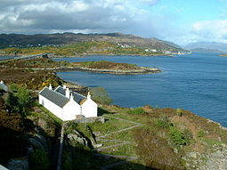 Eilean Bàn frae the Skye Brig, leuking towards Kyle o Lochalsh