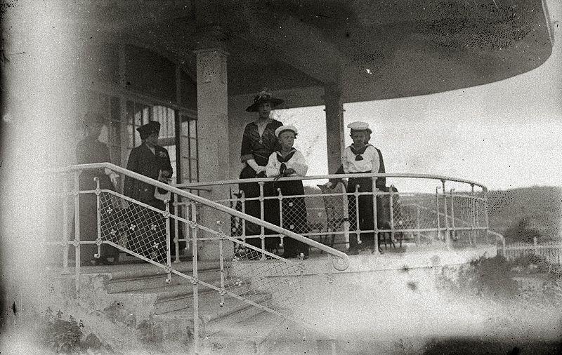 File:El príncipe de Asturias, Don Alfonso, y su hermano, el infante Don Jaime, acompañados de su abuela, la reina María Cristina, en el hipódromo de Lasarte (1 de 2) - Fondo Car-Kutxa Fototeka.jpg