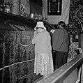 Enkele bezoekers bij het graf van David in Jeruzalem, Bestanddeelnr 255-4981.jpg