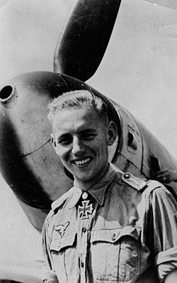 Erich Hartmann voor zijn Bf 109 (G-6).jpg