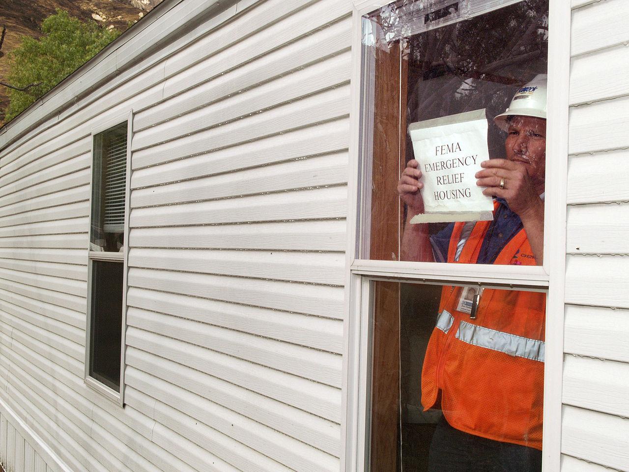 File:FEMA - 33812 - A FEMA contractor prepares a mobile home for ...