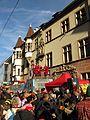 Fastnachtstreiben am Fastnachtssonntag vor dem Basler Hof in Freiburg.jpg