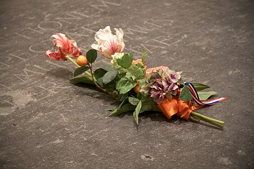 Flowers on the Dutch royal grave tomb (4260826950) (2)