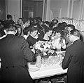 Gasten op een dansfeest in een van de modehuizen laten zich een drankje inschenk, Bestanddeelnr 254-0159.jpg