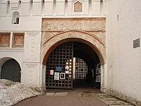Gates of Spaso-Preobrazhensky Monastery (Yaroslavl) 02.jpg