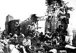 Troupes françaises sous le commandement du général Gouraud, avec leurs sulfateuses parmi des ruines d une cathédrale près de la Marne, repoussant les Allemands. 1918