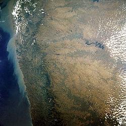 बयालसीमा की स्थिति दक्खिन पठार में मालनाड क्षेत्र के पूर्वी ओर पश्चिमी घाट के पूर्वी छोर पर है।
