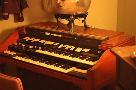 The T-402 was one of the last tonewheel organs manufactured and included a built in drum machine Hammond T400 series with Rhythm II, My Room.jpg