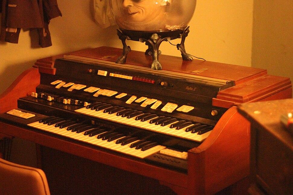 Hammond T400 series with Rhythm II, My Room