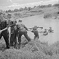 Het doorwaden van een kali bij een militaire oefening, Bestanddeelnr 255-8348.jpg