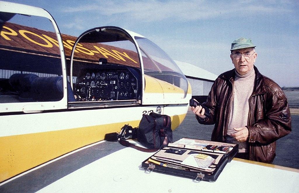 Jacques Dassié préparant une prospection aérienne à Pons