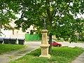Kříž na návsi v Dušníkách (Q78788458) 02.jpg