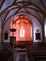Kirche Chamues-ch, Chor im Abendlicht.jpg
