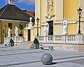 Kirche Laxenburg - Terrassenanlage mit Figuren.jpg
