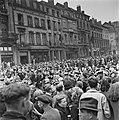 Kranslegging door bevrijde Franse politieke gevangenen op het graf van de Onbeke, Bestanddeelnr 900-2596.jpg