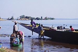 Sélingué Dam - Local people on the shore of Lake Sélingué