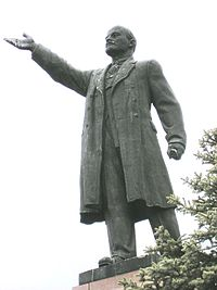 Lenin statue in Kineshma, next to the Volga, close-up view.JPG