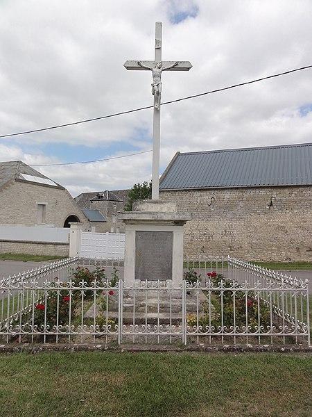 Mâchecourt (Aisne) croix de chemin, monument aux morts