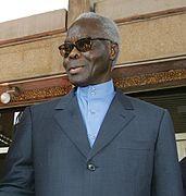 photo d'un homme aux cheveux blancs portant des lunettes