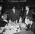 Mensen zitten te eten in restaurant Wivex waar een autoshow wordt gehouden, Bestanddeelnr 252-9170.jpg