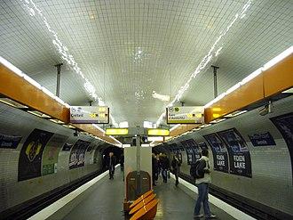 La Motte-Picquet – Grenelle - Image: Metro Paris Ligne 8 Station La Motte Piquet Grenelle (2)