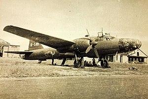 飛行第74戦隊第1中隊[1]の四式重爆撃機(キ67)。部隊マークとして垂直尾翼に隊号である「7」と「4」を一文字に組み合わせた意匠を描く
