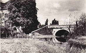 Carte postale noir et blanc représentant un petit pont en pierre.