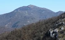 Monte Carmo di Loano da cresta e Rocca Barbena.png