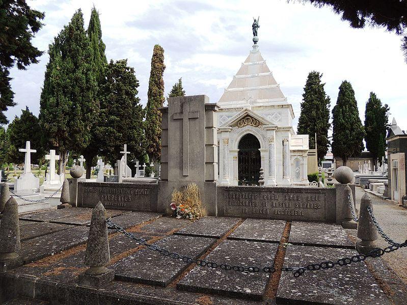 File:Monumento a los caídos por Dios y por España en el cementerio de León.jpg