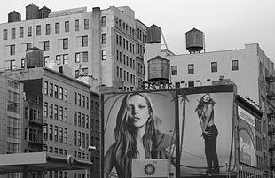 Gigantografia di Kate Moss in un cartellone pubblicitario a New York.