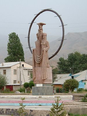 Naryn - Statue in the main square of Naryn
