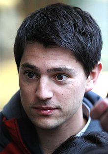 alt=Description de l'image Nicholas D'Agosto filming Final Destination 5 in Vancouver, October 2010.jpg.