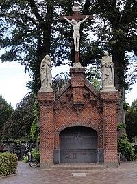 Oirschot Rijksmonument 519157 RK kerkhof baarhuis met calvariegroep.JPG