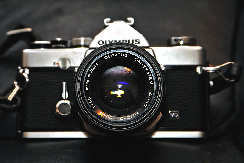 Olympus OM-1n with 50 mm / f 1.8 lens. Body weight 510 g only Author: Jmak, Source: Wikipedia