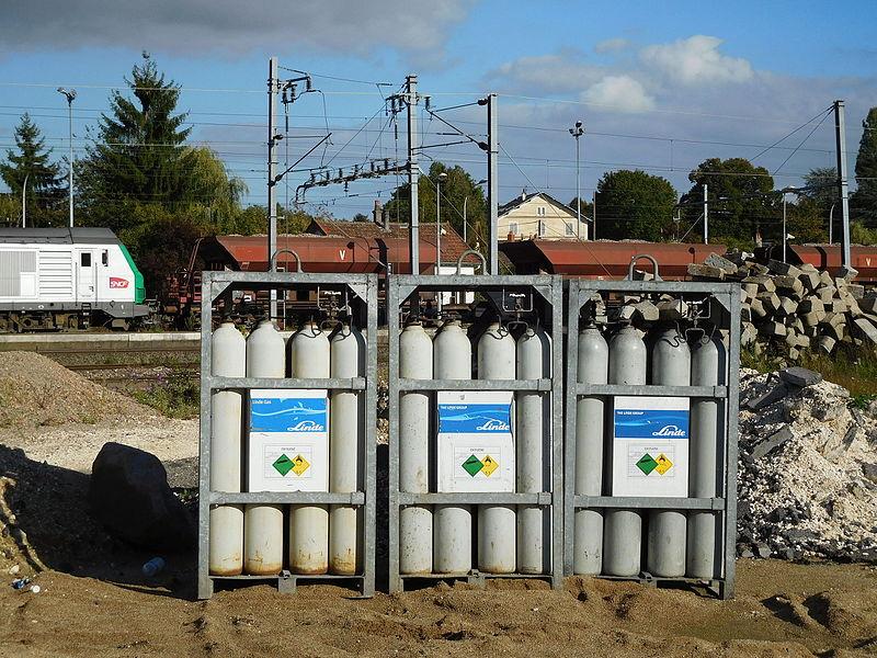 Oxygen cylinders: 50-liter cylinder, 200 bar, by The Linde Group. Sticker: UN 1072: Oxygen, compressed.
