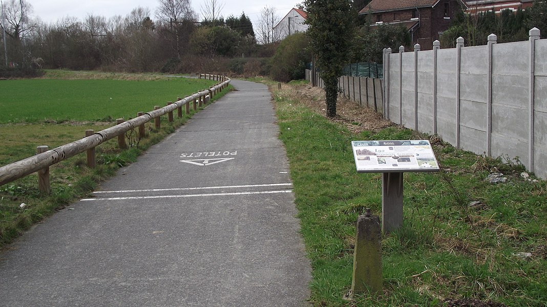 Start of the RAVEL bikeway from Péruwelz along the former international railway Péruwelz - Somain with explanatory poster.